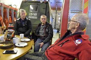Hans Nylund och Olle Eklund lyssnar på en av Arnes berättelser.