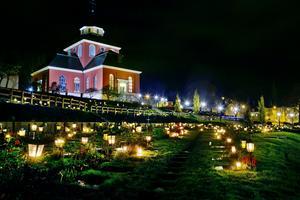 På lördag kommer många av kyrkogårdarna i landet, som här vid Ulrika Eleonora kyrka i Söderhamn, att lysas upp.
