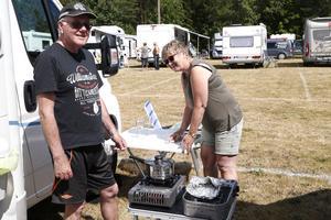 – Man kan inte bara dricka öl, man måste äta också, säger Kent och Tuula Lundberg från Kumla.