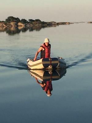 Min man Stefan Lindblad kör runt bland öarna på Kallskär när vi förtöjde där med vår segelbåt för natten. Foto: Anna Karin Helin
