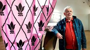 """Konstnären Carl Johan De Geer framför installationen """"Jakten mot nollpunkten"""" på Södertälje konsthall."""
