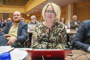 Mona Modin Tjulin (S) avsäger sig kandidaturen till nytt oppositionsråd. Niklas Daoson, till vänster, är nu den ende kandidaten kvar.