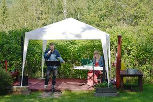 Kenneth Dahl vid mikrofonen och Emma Ekebjörk vid pianot.
