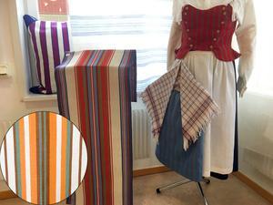 Den nuvarande Säterväven har färger hämtade från Säterdräkten medan den förra (infällda bilden) är tydligt inspirerad av 1970-talets mode. Liv Trotzig står bakom den äldsta och Margareta Hansson den nuvarande.
