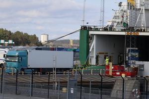 Godstrafik till hamnen i Nynäshamn.