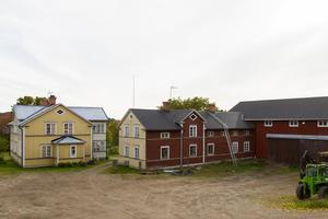 Innergården i Västtjär försörjs helt och hållet med el från solpanelerna.