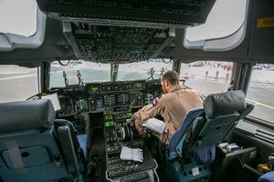 Piloterna har gott om utrymme. Vid längre uppdrag är de tre, för att kunna turas om. När två är i tjänst så sover den tredje.