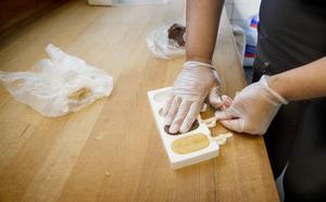 Smeten trycks ut i glassformar av silikon. Därefter sticker Evelina in en glasspinne i botten. Den ljusa smeten är gjord på ljus sockerkaka, Philadephiaost och vaniljsocker, – den bruna på mörk sockerkaka, Philadelphiaost och nutella.