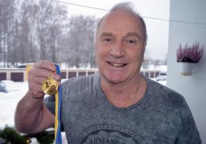 Alf Bengtson tog hem sin sjätte medalj i bänkpress i december och har nu av hälsoskäl bestämt att det blev den sista.