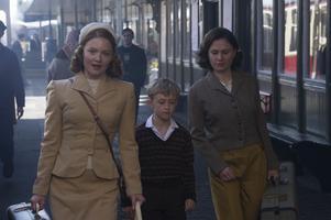 Lydia (Holliday Grainger) och Jean (Anna Paquin) blir förälskade och bildar en hemlig stjärnfamilj med Lydias son Charlie (Gregor Selkirk), men blir snart upptäckta av en svartsjuk exman. Pressbild. Foto: Lucky Dogs