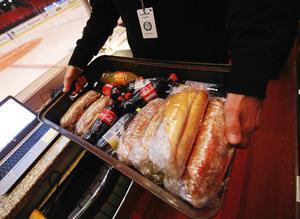 I första periiodpausen vankas mackor och läsk för sekretariatets medarbetare. Foto: GUN WIGH