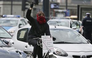 Ett dussintal kvinnor i bilar och på cyklar samlades för en protest i Warszawa under tisdagseftermiddagen.