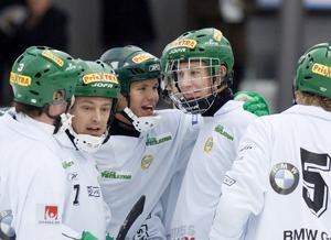 Robert Rimgård är en erkänt duktig hörnskytt. Han gratuleras till ett mål när Hammarby mötte Gripen  i november 2007.