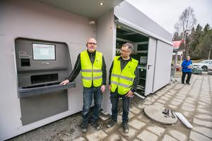 Till vänster Lars Haglöf från Borlänge och Robert Isaksson från Nortälje monterade och satte upp den stora pantmaskinen som kan ta emot påsvis med pant, och som komprimerar och sorterar  plast och metall i olika kärl.