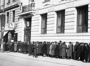 Judar i Wien står i kö utanför ett konsulat i förhoppningen att få tillstånd att resa ut ur  landet. Medan många europeiska länder vägrade ta emot judar, så utfärdade Kinas generalkonsul Ho Feng-shan tusentals visum till judiska flyktingar.