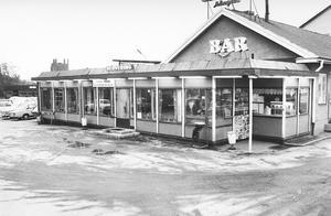 IC-baren. Låg ungefär där Pilgatan, Ängsgärdsgatan och Pilgatsbron möts. Där fanns en grill och en bensinmack bredvid. I bakgrunden syns Ångkraftverket.Fotodatum: 1974-11-12