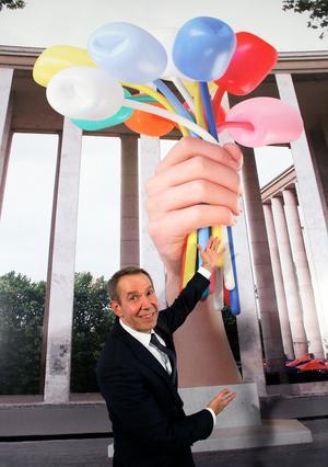 Jeff Koons bredvid en illustration som visar hur