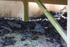 Några förkolnade träbitar, som ligger vid tornets fundament, minner om branden.
