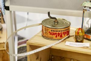 En surströmmingsburk får nytt liv som måttband.