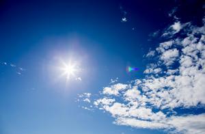 Solen gassar men skulle dess strålar reflekteras av en vit utan så går mycket av dess energi tillbaka ut i rymden.
