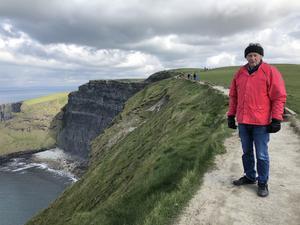 Dottern Åsa fotograferade pappa Gunnar Eriksson vid Cliffs of Moher på en resa i Irland. Foto:  Åsa Gierup
