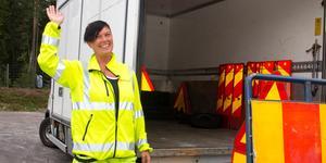 """Sarah Bergqvist har varit signalvakt vid omasfalteringen av väg 68/69 mellan Fagersta och Norberg. Hon kan inte tänka sig ett bättre jobb. """"Jag älskar det här"""", säger hon."""