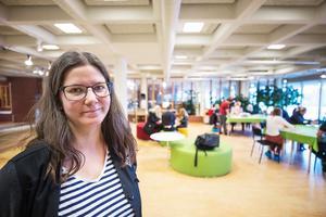 Bibliotekarie Pia Junvald säger att de kreativa söndagarna är mycket populära och lockar många barnfamiljer till biblioteket.