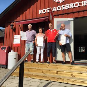 Bengt Eriksson, Lena Henningsson, Lars Eliardsson och Jan Pettersson blev nya hedersledamöter i Roslagsbro IF. Det blev även Mats Mattsson och Per Gunnarssson, som inte är med i denna bild. Foto: Roslagsbro IF
