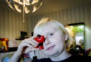 Örebroaren Viggo Sköldebrink är nio år och älskar superhjältar. Han är en av alla de patienter bakom diagnosen