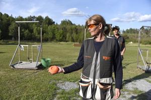 Susanne Smedberg visar lerduvan som används vid lerduveskytte.