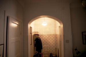 Maggie Petterssons lägenhet har i stort sett kvar det ursprungliga utseendet. Bland annat de tjocka bärande mellanväggarna, samt den pampiga valvbågen i övergången från entrén till den större hallen.