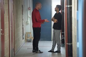 Efter träningen på lördagen hade Joel Cedergren ett individuellt samtal med Christian Rubio i NP3 Arenas katakomber.