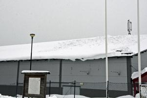 På den här sidan av Skyttsihallens tak hade snön drivit så att det på sina ställen var en och en halv meters snödjup.
