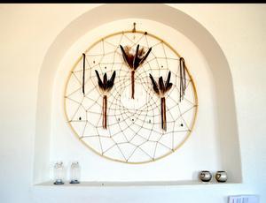Drömfångarna är 1,5 meter i diameter och stommen tillverkad i furu.  De är smyckade med fjädrar, kristaller och skinnband.