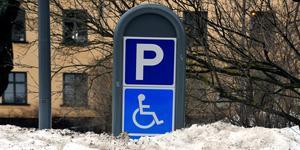 Att besöka till exempel banken eller Kulturmagasinet är svårt. Alla de handikapparkeringsplatser som fanns nära till exempel Kulturmagasinet är nu försvunna. Arkivbild: Hasse Holmberg/TT