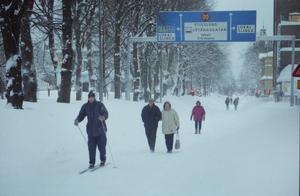 """Snöovädret skapade inte bara problem utan också  gemenskap i samhället. Men onsdagen den 9 december hade Gefle Dagblad rubriken  """"Kaoset tär på tålamodet"""" på förstasidan. Förlängt körförbud i centrala Gävle, inga allmänna kommunikationer, uppskjutna operationer, stängda skolor och bristfällig information från kommunen sas vara orsaken."""