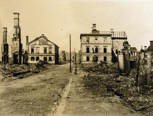 Juni 1888. Ruinerna efter branden på Köpmangatan fångades av  NG Nilsson. Bilden togs från Bankgatan.