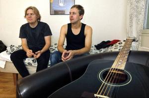 Adam Näslin gitarr och sång tillsammans med Johan Frank på bas och Olle Westin-Persson som saknas på bild bildar tillsammans bandet Shock Treatment. Den femte november ska de delta i musiktävlingen Musikschlaget i Sundsvall.