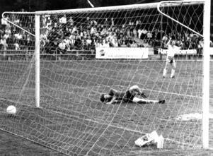 Stuguns målvakt får bita i gräset i ett Jämtlandsderby på Torvallen i juni 1979. I bakgrunden är det Opespelaren Kjell Carlsson som jublar.