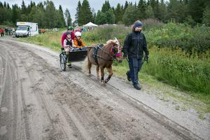 Första halvan av travbaneturen var det Elma Hallström som höll i tömmarna, med Edvin Ramsell som passagerare.