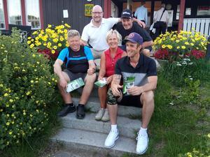 Glada och nöjda segrare i Samuelsdals scramble 18 juli. Från vänster: Lars-Erik Måg, Micke Runsvik, Marita Lindgren, Kenneth Eriksson och Tomas Forsberg.