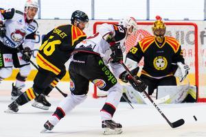 Fredrik Händemark i full färd med att göra sitt andra backhandmål på Brynäs. Foto: Bildbyrån