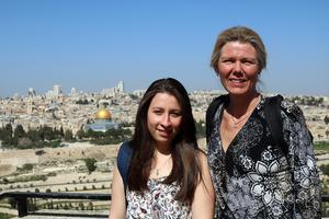 På Olivberget med Jerusalem i bakgrunden. Lama Alshehaby och Therese Herkules från Falun är med på Bildas skrivar- och studieresa i Israel och Palestina.