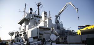 HMS Belos är 104,9 meter långt, 18 meter brett och 26 meter hög. Många trappor alltså!