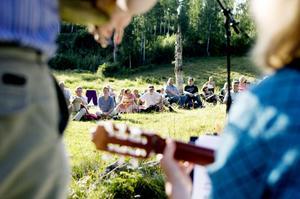Kerstin Åkered sjöng och spelade gitarr för publiken som spred ut sig med sina kaffekorgar i Lars Ers Hage.