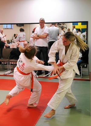 Även försvar mot olika typer av knivangrepp visades upp. Jennelie Ögren försvarar sig effektivt.