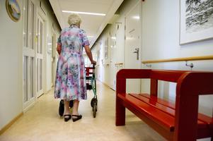 Vänsterpartiet har i sin budget  tagit sikte på att få ned arbetslösheten och stärka välfärden.  Inte minst inom äldreomsorgen saknas det arbetskraft.  Foto: Jessica Gow/TT