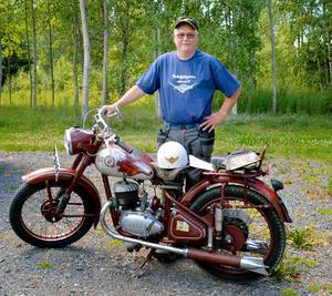 Rune Stornils har själv flera veteranfordon. Extra stolt är han över sin far Anders gamla motorcykel. Den är ihopsatt på Kroon i Vansbro, skrotades 1971 och stod därefter i en lada i Dala Järna i 42 år tills Rune renoverade den.