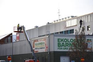 Tillsammans plockade Johan Blom och Emil Öjermark ner skyltarna från fastigheten där Coop tidigare huserat.