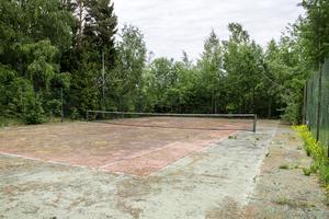 Den gamla tennisbanan finns kvar men behöver lite kärlek.